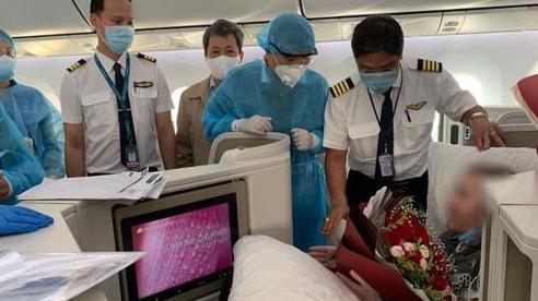 Đồng nghiệp tặng hoa chào tạm biệt phi công người Anh sau hành trình dài về quê hương