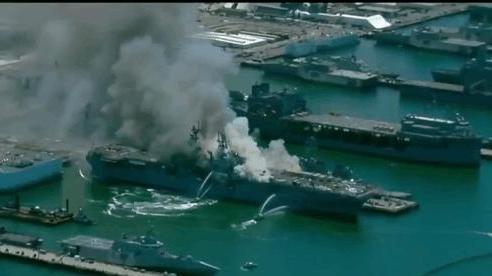 Siêu tàu đổ bộ tấn công Mỹ cháy dữ dội - Rất nguy cấp, mũi đã chúi xuống nước và lệch sang phải