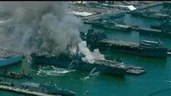 NÓNG: Cháy nổ dữ dội trên siêu tàu đổ bộ tấn công Mỹ trị giá tỷ USD, có nguy cơ bị chìm - Cuộc chiến gay cấn chống lửa