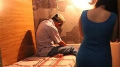 Kiểm tra quán cà phê, bắt quả tang 2 nữ nhân viên đang kích dục cho khách