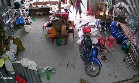 Một gia đình bị côn đồ kéo đến đập phá để đòi nợ