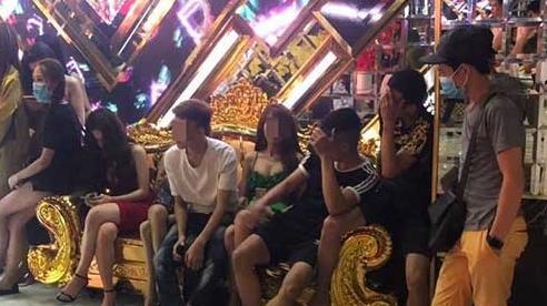 Dân chơi cùng ma túy trong bữa tiệc thác loạn vùng ven Sài Gòn