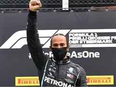 Tay đua Lewis Hamilton và hành động đặc biệt trên bục nhận thưởng