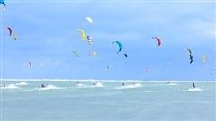Biển Ninh Chữ (Ninh Thuận) sôi động chưa từng có trong 'đại tiệc' lướt ván diều