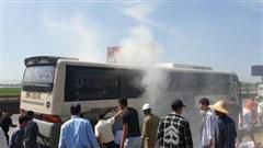 Hàng chục người hỗ trợ chữa cháy xe ô tô chở 40 khách du lịch