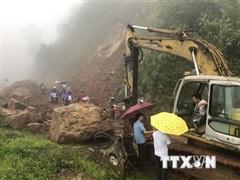 Lai Châu: 5.000 mét khối đất đá vùi lấp mặt đường Quốc lộ 32