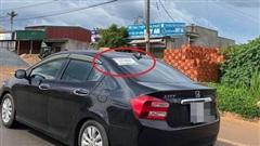 Tờ giấy dán phía sau ô tô khiến người đi đường tò mò, đọc được rồi ai cũng cười cho qua