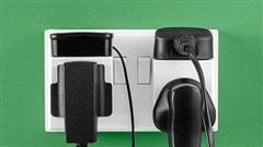 Quên tháo sạc thiết bị di động khỏi ổ điện có nguy hiểm không?