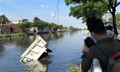 TPHCM: Xe ben mất thắng 'cắm đầu' xuống kênh Tàu Hũ