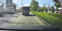 Xe tải rơi lốp suýt gây họa cho ô tô chạy sau