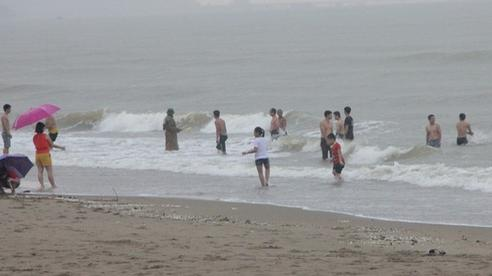 Bé trai 8 tuổi đi tắm biển bị chân vịt thuyền cắt gãy nát xương tay, vai