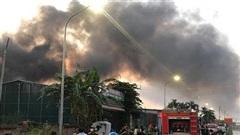Dập tắt đám cháy xưởng sản xuất mũ bảo hiểm tại huyện Hoài Đức