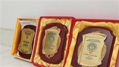 Nam sinh làm clip khoe giấy khen, dân tình soi ra tấm bằng mạ vàng chỉ dành cho học sinh giỏi
