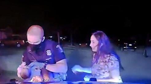 Nghẹt thở khoảnh khắc cảnh sát cứu sống bé 3 tuần tuổi bị nghẹn sữa