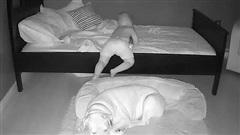 Sáng nào cũng thấy con nằm ngủ dưới đất, bà mẹ bí mật lắp camera và 'ngã ngửa' khi biết sự thật