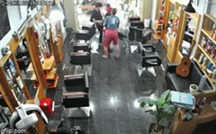 3 người ngồi trong salon tóc la hét bỏ chạy, khung cảnh ngoài cửa khiến tất cả kinh sợ