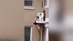 Thót tim cảnh đỡ bé trai 2 tuổi rơi từ tầng 5