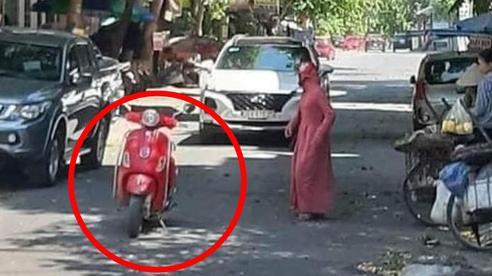 Chị gái trùm kín mít dừng xe giữa đường để mua trái cây - cảnh tượng khiến bao người ngao ngán