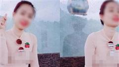 Cô gái mặc áo mỏng tang, để lộ nguyên vòng 1 phản cảm rồi vô tư tạo dáng chụp ảnh khiến nhiều người ngán ngẩm