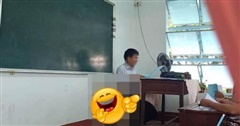 Thầy giáo ngồi giảng bài trong lớp, mọi chuyện rất bình thường cho đến khi học sinh nhìn xuống dưới: Chuyện gì đang xảy ra vậy?