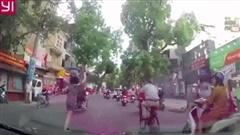 Clip: Cô gái có 'hành động lạ' ngay giữa đường phố đông đúc khiến ai cũng ngỡ ngàng