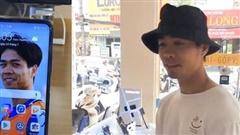 Hài hước: Công Phượng bị bạn troll trong shop bán điện thoại, bối rối khi thấy ảnh của mình trên hàng mẫu