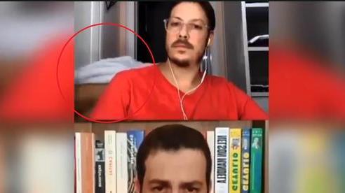 Đang livestream phỏng vấn, người dẫn chương trình đứng hình khi vợ khỏa thân đi qua