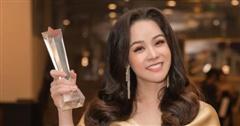 Nhật Kim Anh diện đầm xẻ sâu, nhận giải thưởng lớn nhờ Thị Bình của 'Tiếng sét trong mưa'