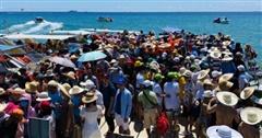 Hàng trăm người đội nắng chờ lên ca-nô tham quan Kỳ Co - thiên đường biển đảo 'đẹp quên lối về'
