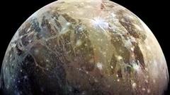 Bí ẩn 'mặt trăng nam châm' to hơn hành tinh, nhìn thấy từ Trái Đất