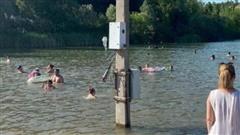 Bức ảnh người dân bơi lội dưới hồ hết sức bình thường nhưng khiến ai nhìn thấy cũng phẫn nộ ngay lập tức vì sự xuất hiện của thứ này