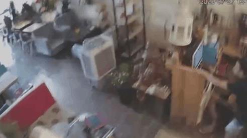 CLIP: Khoảnh khắc động đất rung lắc mạnh ở Mộc Châu, thanh niên lập tức chui gầm tủ