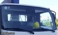 """Nam tài xế xe tải """"giật đùng đùng"""" trong cabin sau va chạm với xe máy"""