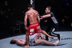 Chỉ 1 cú đấm, võ sĩ MMA khiến đối thủ ngã vật xuống sàn đấu