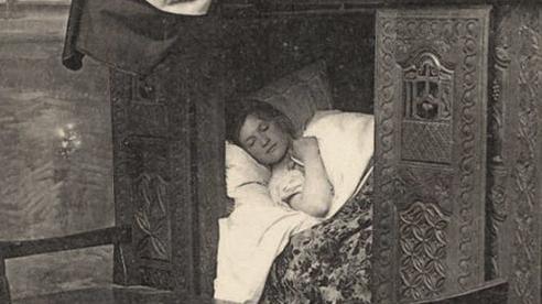 Người xưa có kiểu 'ngủ hộp' kỳ lạ nhưng nghe lý giải thì mới thấy sự sáng tạo của tổ tiên nằm ngoài sức tưởng tượng của con cháu