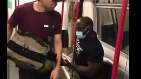 Võ sĩ gây bão MXH vì tư thế đọc sách 'bá đạo', ngăn tất cả những người không đeo khẩu trang đến gần mình trong mùa dịch