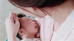 Ông xã Hoa hậu Đặng Thu Thảo khoe khoảnh khắc vợ chăm con, nhưng sự chú ý lại dồn vào vẻ kháu khỉnh của quý tử mới sinh