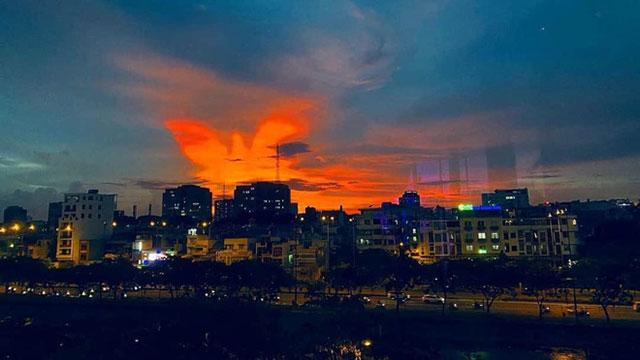 Dân mạng rần rần chia sẻ bầu trời hoàng hôn ở Sài Gòn có hình ảnh tuyệt đẹp