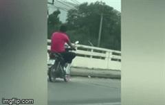 """Người đàn ông """"diễn xiếc"""" trên xe máy nhận cái kết muối mặt"""