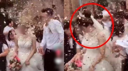 Chú rể đang hân hoan đón dâu thì lĩnh trọn 'đòn đau' từ bên ngoài dội tới, nhìn cảnh cô dâu và họ nhà trai nhăn nhó bước đi bên cạnh khiến toàn MXH bức xúc