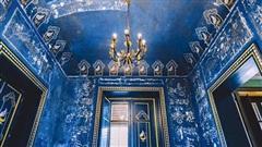 Thấy lớp sơn xanh dưới tường khi sửa nhà, cặp đôi tò mò cạo ra xem thì khám phá ra cảnh tượng choáng ngợp, kho báu 'trên trời rơi xuống' đúng nghĩa