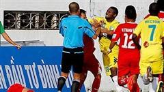 Màn 'đấm bốc' rợn người ở V.League 2014: Cầu thủ đấm thẳng mặt nhau, trọng tài cũng dính đòn