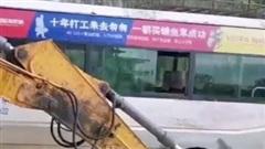 Nghẹt thở cảnh dùng máy xúc cứu 14 người trong xe buýt kẹt trên sông