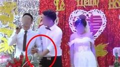 Phạm phải sơ suất khiến tất cả 'điếng người', ngay trên sân khấu hôn lễ chú rể ôm MC thầm thì vài câu rồi bỏ chạy