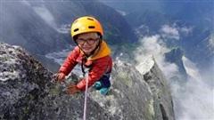 Bé trai 3 tuổi chinh phục đỉnh núi hơn 3300m