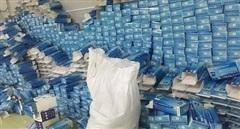 Hàng nghìn găng tay cao su đã qua sử dụng trong cơ sở sản xuất khẩu trang