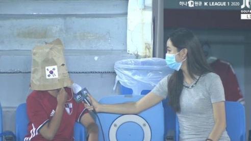 Hài hước: Được phóng viên nữ xinh đẹp phỏng vấn, cổ động viên Hàn Quốc quên khẩu trang 'nhanh trí' lấy túi giấy chụp lên đầu vì xấu hổ