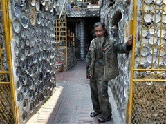 Người đàn ông Việt Nam lên báo Tây vì dùng 10.000 đồ gốm trang trí nhà