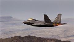 """""""Chim ăn thịt"""" F-22 lướt gió ngoạn mục trên địa hình hiểm trở"""