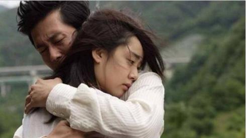 Cứu vợ cũ gặp nạn, người đàn ông gặp rắc rối lớn